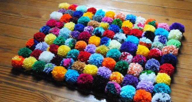 C mo hacer una alfombra con pompones alto lago privada for Lana para hacer alfombras