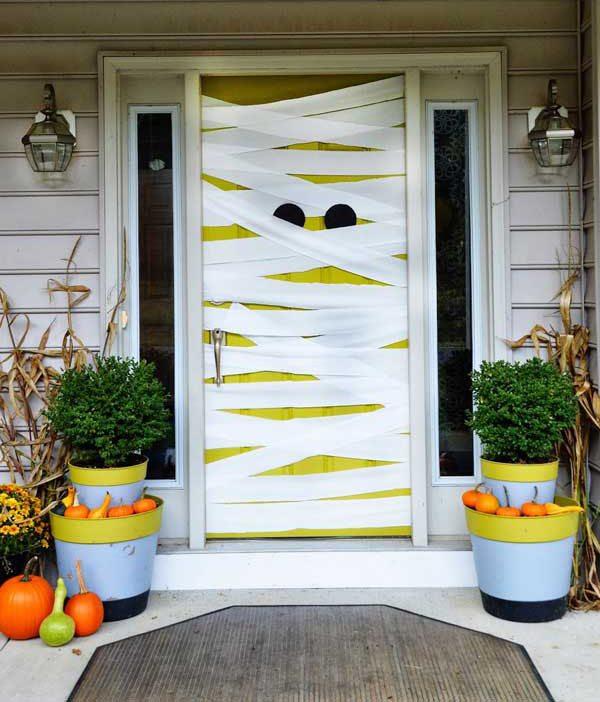 8 ideas de miedo para decorar puertas y ventanas en for Puertas decoradas halloween calabaza